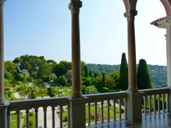 Vue sur le jardin à la française depuis la loggia