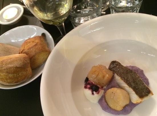 Deuxième service de Saint-Jacques poêlées au miel, barbue, purée de vitelotte et crème fouettée aux myrtilles