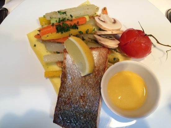 Pavé de saumon d'Ecosse Label Rouge rôti, vinaigrette au pamplemousse, bataille de légumes