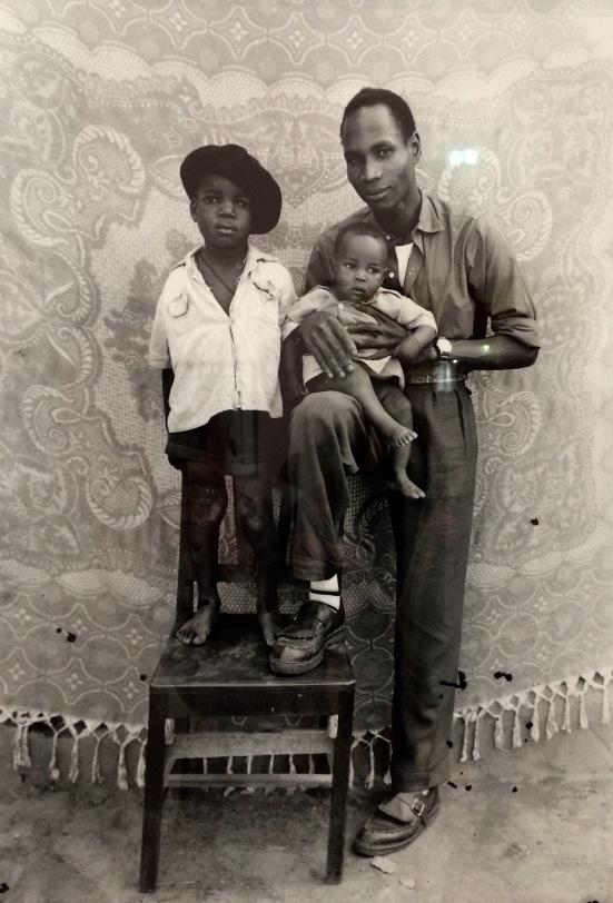 Seydou Keïta avec deux de ses fils