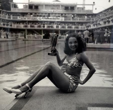 """La gagnante du concours de """"la plus jolie baigneuse"""" à la Piscine Molitor, Paris, 1947"""