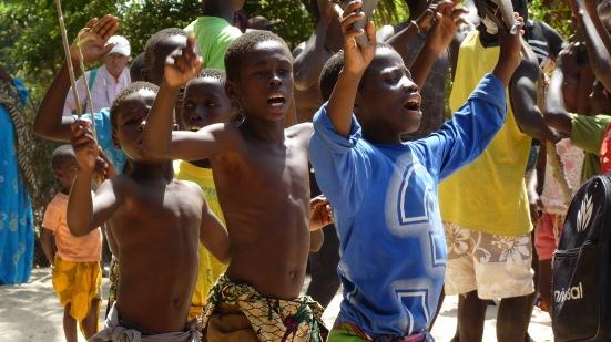 Enfants de Kachouane lors de la danse des lutteurs